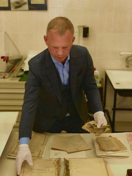 Руководитель Главархива Ярослав Онопенко показал подлинный дневник Екатерины II