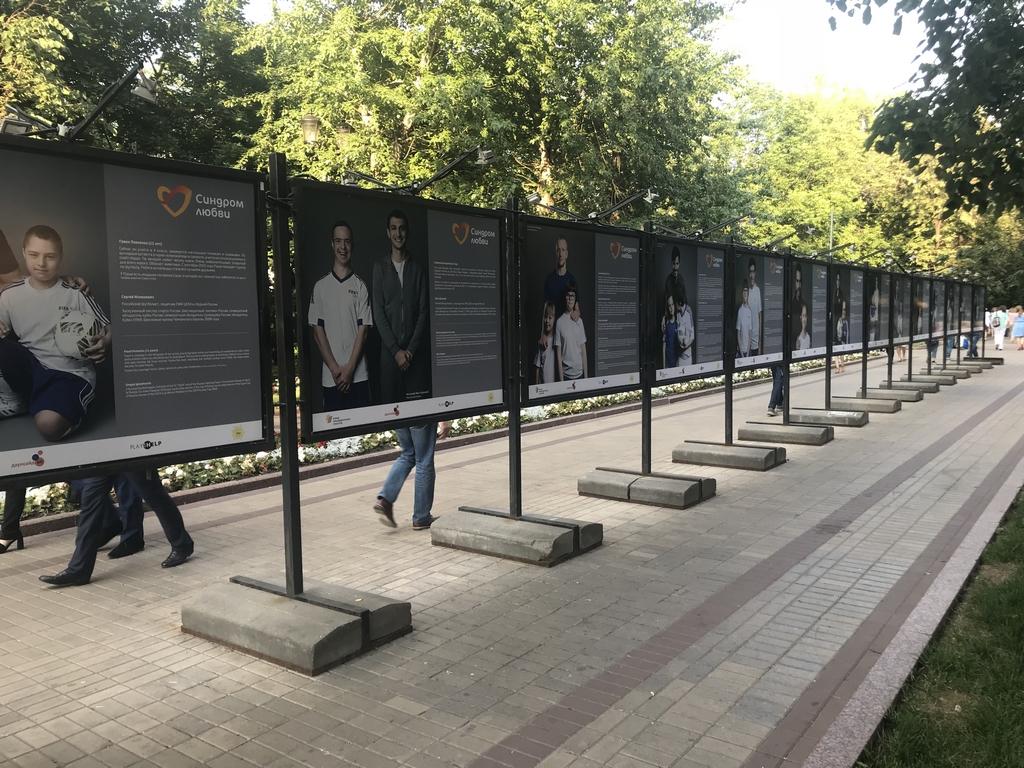 На Чистопрудном бульваре открылась благотворительная фотовыставка #ФУТБОЛВОБЛАГО