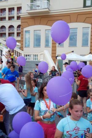 Юные участники забега StarKids помогают ребятам с синдромом Дауна