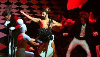 Эпатажный спектакль «Голый король» латвийского театра впервые в Москве