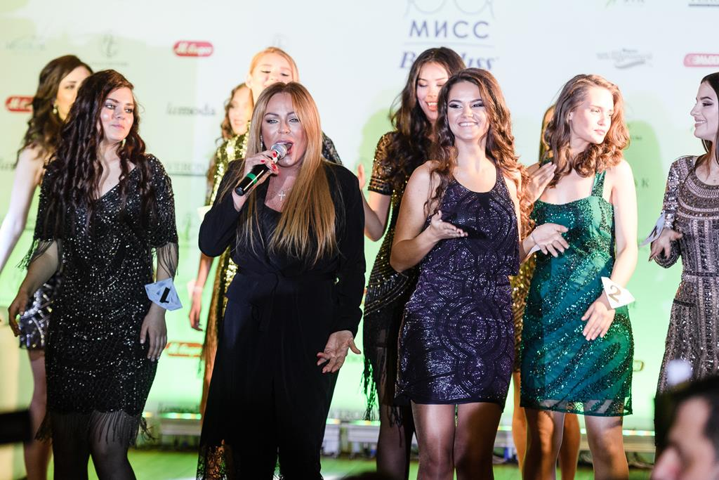 Юля Началова с конкурсантками