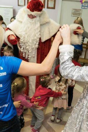 Волонтёры устроили новогодний праздник для маленьких пациентов кардиологического отделения и исполнили мечту семьи из Новосибирска о приборе-спасателе