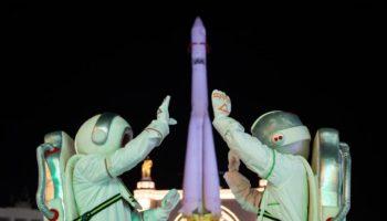 Новогодняя ночь на ВДНХ: шествие Дедов Морозов, Моя Мишель, Tesla Boy и привет из космоса
