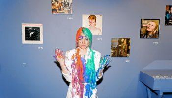 В Москве облили краской модель на выставке Дэвида Боуи
