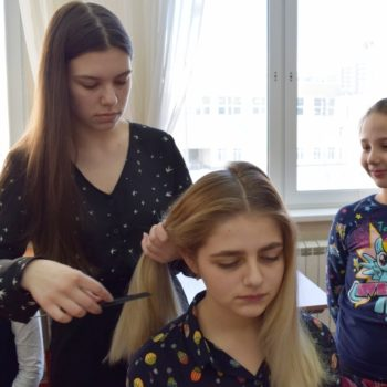 50 способов плетения кос узнали ученицы школы №2120