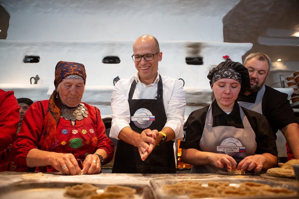 «Бурановские бабушки» и глава Удмуртии испекли перепечи на открытии «Недели Удмуртской Республики» в Москве