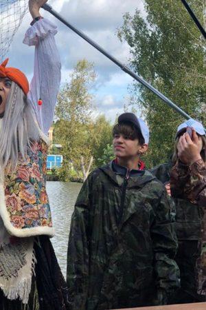 Баба Яга пришла поддержать юных рыболовов на фестивале «Кубок надежды»