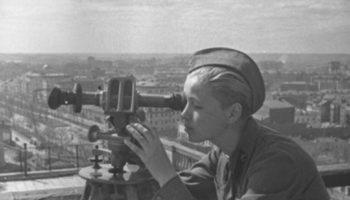 А.Капустняский. Зенитчица-наблюдатель следит за небом Москвы. 10 апреля 1942