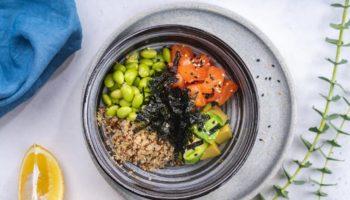 Хит уходящего лета — рецепт Поке из лосося, авокадо, киноа, эдамаме от Алексея Подлесных