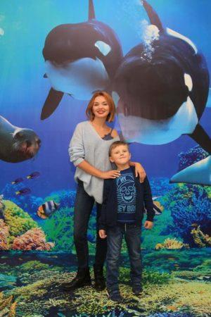 Актрисы Ольга Кузьмина и Глафира Тарханова на празднике Всемирного дня моря в «Москвариуме»