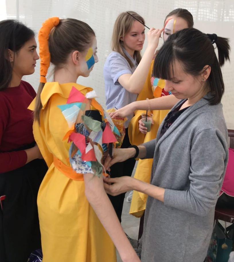 Семиклассница школы №2065 провела показ авторской коллекции одежды